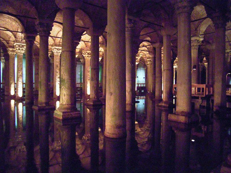 Cisterna de Justiniano o Yerebatan, columnas bajo el agua
