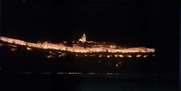 Castillo de Veliko Turnovo de noche