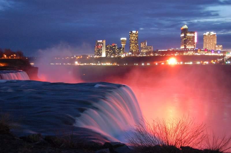 Las Cataratas del Niagara, al anochecer