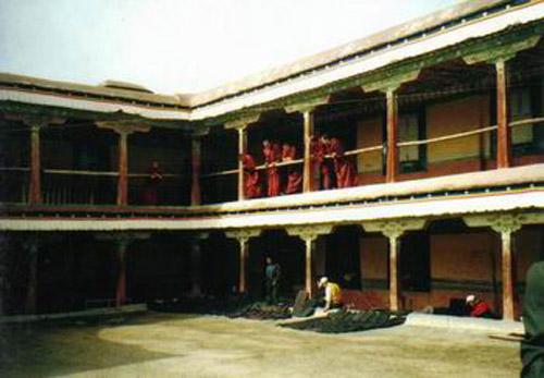 Interior monasterio Deprung en Tibet