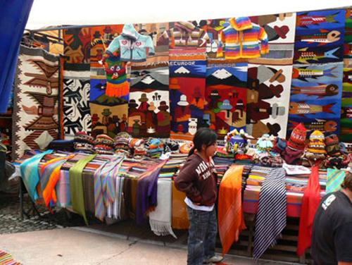 El mercado de artesanías de Otavalo, en Ecuador
