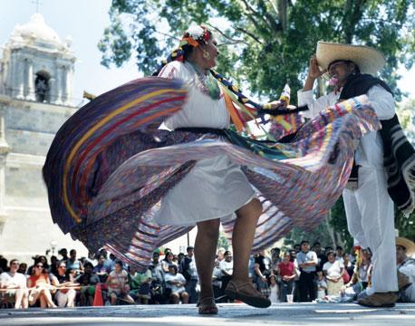 El Zócalo, plaza principal de Oaxaca, México, bailes típicos