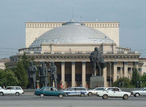 Opera de Novosibirsk en la plaza de Lenin