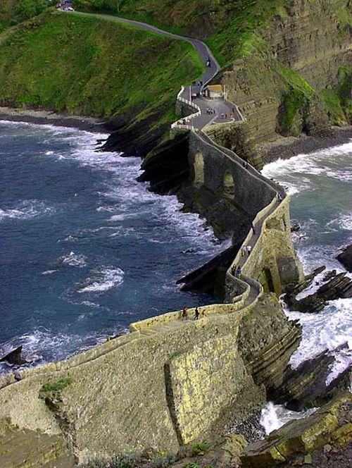 Escalinatas hacia la ermita