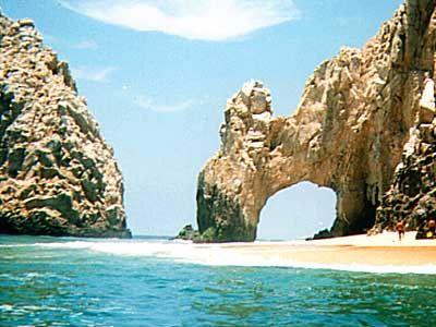 Arco de piedra esculpido por las olas