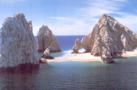 Escarpadas costa y arenas blancas